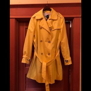 Gap yellow lined trench
